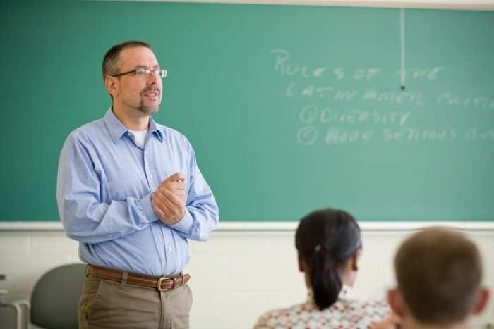 professor 700x467 - Prefeitura de Tonantins-AM divulga Processo Seletivo na área da educação
